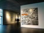 Στο μέσον της έκτασης, οι Γερμανοί έχουν φτιάξει πολύ προσφάτως ένα λιτό μουσείο από μέταλλο και γυαλί, για να στεγάσουν το δύσκολο και ενοχικό θέμα του Ναζισμού. Μέσα από μία σειρά φωτογραφικών ντοκουμέντων και σύντομων κειμένων, επιστρέφουν σε μία από τις πλέον καταίσχυντες στιγμές της πανανθρώπινης ιστορίας: την άνοδο του Χίτλερ στην εξουσία και την πραγμάτωση της φασιστικής ιδεολογίας.