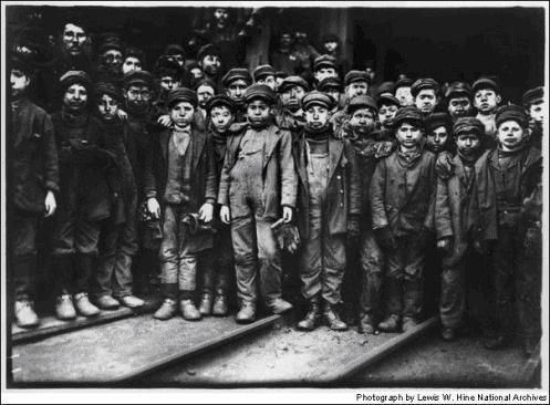Ως όρος εμφανίστηκε τον ύστερο 18ο αι. στη Β.Δ. Ευρώπη...Τον 19ο αι., στις εκβιομηχανιζόμενες ευρωπαϊκές χώρες, η παιδική εργασία σήμαινε την απασχόληση στη βιομηχανία, σε εργοστάσια, υφαντουργία, ορυχεία