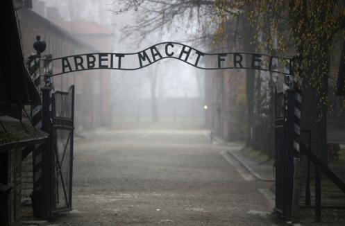 Η περίφημη γερμανική επιγραφή που αναφέρει: «Η εργασία που θα σας δώσει την ελευθερία» στην κεντρική πύλη του στρατοπέδου εξόντωσης Άουσβιτς Ι στις 15 Νοεμβρίου, 2014 Oswiecim, Πολωνία.